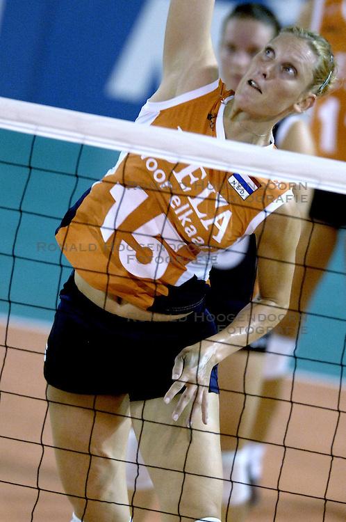 11-09-2006 VOLLEYBAL: TEAMPRESENTATIE AAN HOOFDSPONSOR DELA: EINDHOVEN<br /> De NeVoBo heeft uitvaartverzekeraar en - verzorger DELA gepresenteerd als nieuwe hoofdsponsor van het nationale damesteam. De dames werden in het Indoorsportcentrum Eindhoven aan het personeel voorgesteld / Ingrid Visser<br /> &copy;2006-WWW.FOTOHOOGENDOORN.NL