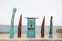 SCIACCA (AG), ITALIA - 22 APRILE 2015: Un'opera  dall'artista Giulio Lorubbio dedicata a San Pietro e agli abitanti e ai pescatori del quartiere Marina di Sciacca, si trova qui nella via San Paolo a Sciacca il 22 aprile 2015. Giulio Lorubbio è un artista autodidatta e istintuale che crea mosaici e collage tridimensionali con elementi riciclati trovati per strada, in spiaggia, in campagna: frammenti di vetro, pezzi di legno, reti, conchiglie, piastrelle rotte.