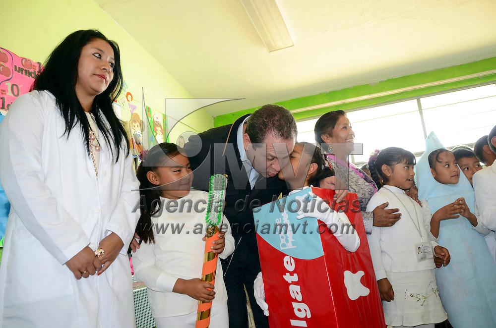Jocotitlán, Méx.- Eruviel Ávila Villegas, gobernador del Estado de México realizo un recorrido por la primaria Gustavo Baz Prada en en el municipio de Jocotitlán en donde se aplica el sistema de Escuela de Tiempo Completo. Agencia MVT / José Hernández