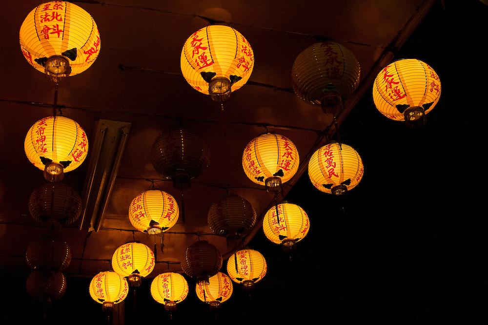 Des lanternes parsemées de caractères chinois taditionnels tels que les Taiwanais les utilisent encore (comme à Hong-kong) alors que le Chine populaire les a simplifiés.