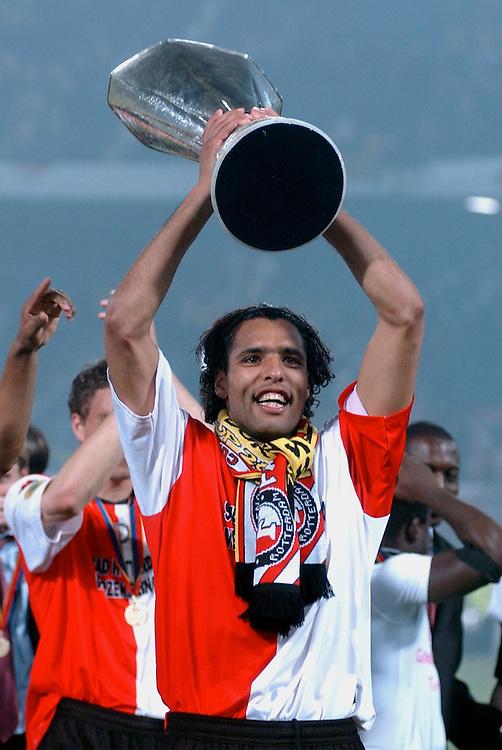 Photo: Gerrit de Heus. Rotterdam. UEFA Cup Final. Feyenoord-Borussia Dortmund. Pierre van Hooijdonk with the Cup. Keywords: beker