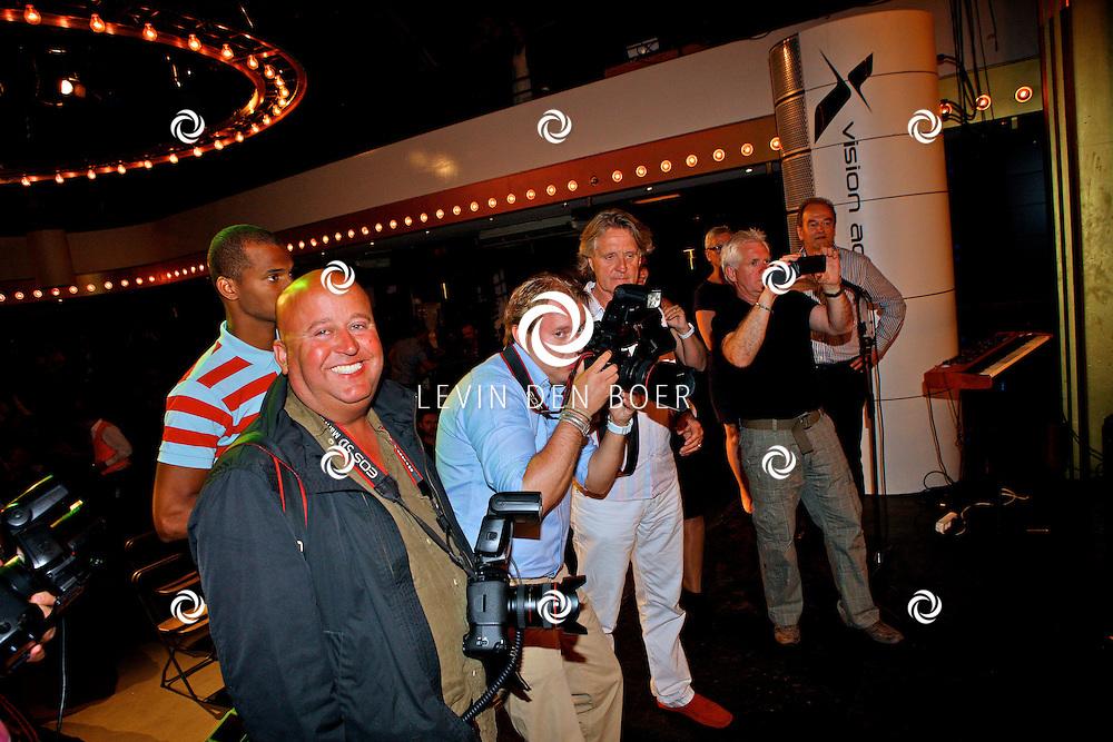 AMSTERDAM - In uitgaansgelegenheid Panama is de boek presenatie inclusief film van de Genootschap van Mendacium in premiere gegaan.  Met op de foto de fotografen Reni van Maren, erachter Ade Johnson, Dennis van Tellingen, Albert Insinger. FOTO LEVIN DEN BOER - PERSFOTO.NU