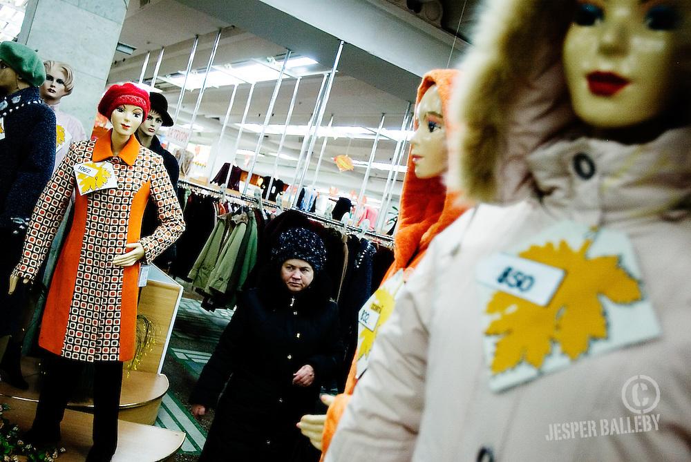 Unic er indkøbscentret der får udvalget i Magasin til at blegne. Her er kinesiske balkjoler i mintgrøn nylon, russiske støbejerns komfurer og  bataljoner af moldoviske herrejakker.