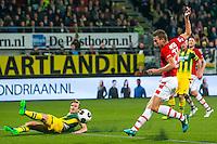 DEN HAAG - 30-10-2016, ADO Den Haag - AZ , Kyocera Stadion, 0-1, AZ speler Robert Muhren scoort hier de 0-1, doelpunt, ADO Den Haag speler Thomas Meissner.