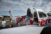 Aérodrome d'Epagny, Piper quadriplace. A l'occasion du Passeport vacances une groupoe de filles mionte à bird d'un avion pour survoler la Gruyère. © Romano P. Riedo