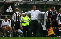 Photo: Andrew Unwin.<br /> Newcastle United v Villarreal. Pre Season Friendly. 05/08/2006.<br /> Newcastle's Damien Duff (L) is substituted by his manager, Glenn Roeder (C).