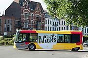 Linienbus mit Werbung für Mons 2015 Kulturhauptstadt, Mons, Hennegau, Wallonie, Belgien, Europa | equestrian statue Baudouin de Constantinople, Mons, Hennegau, Wallonie, Belgium, Europe