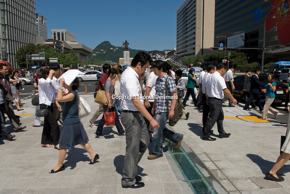 Lunch time in Gwanghwamun plaza with the statue of admiral Yi sun-sin (1545-1598) in the background, Seoul, South Korea. 2009<br /> <br /> A l'heure du dejeuner a Gwanghwamun plaza dans le centre de Seoul avec en fond la statue de l'amiral Yi Sun-sin (1545-1598), Seoul, Coree.
