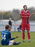 En siddende Sebastian Johansen (Holbæk B&I) og Nicolas Mortensen (FC Helsingør) slår ud med armene under kampen i 2. Division mellem Holbæk B&I og FC Helsingør den 20. oktober 2019 i Holbæk Sportsby (Foto: Claus Birch).