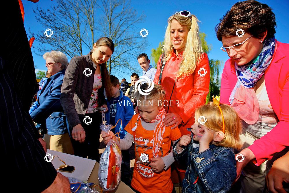 AALST - Tijdens Koninginnedag 2012 in Aalst is er weer de kinderfietsoptocht. Alle kinderen mogen dan hun creatie tonen aan de bewoners van het dorp door een grote tocht te fietsen. FOTO LEVIN DEN BOER - PERSFOTO.NU