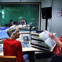 Nederland, Amsterdam , 18 oktober 2011..Anke Sprakel, (l) en Marjolijn Onvlee van Radio Steunkous..Radio Steunkous is een nieuw radioprogramma gemaakt door de wijkverpleging van Buurtzorg Amster- dam. Het programma is speciaal bedoeld voor Amsterdammers die veel aan huis zijn gekluisterd door ziekte of ongemak. Op dinsdagmiddag 4 oktober om 15.00 begint Radio Steunkous met wekelijkse uitzendingen op de Amsterdamse kabel 102.4...Foto:Jean-Pierre Jans