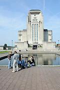 Setbezoek van 'Mega Mindy en de Snoepbaron' in Radio Kootwijk, een voormalig zenderpark dat in de 20ste eeuw een belangrijke communicatieverbinding vormde tussen Nederland en zijn toenmalige koloni&euml;n, met name Nederlands-Indi&euml;.<br /> <br /> Op de foto:  Johny Voners , Anton Cogen , Free Souffriau en Louis Talpe