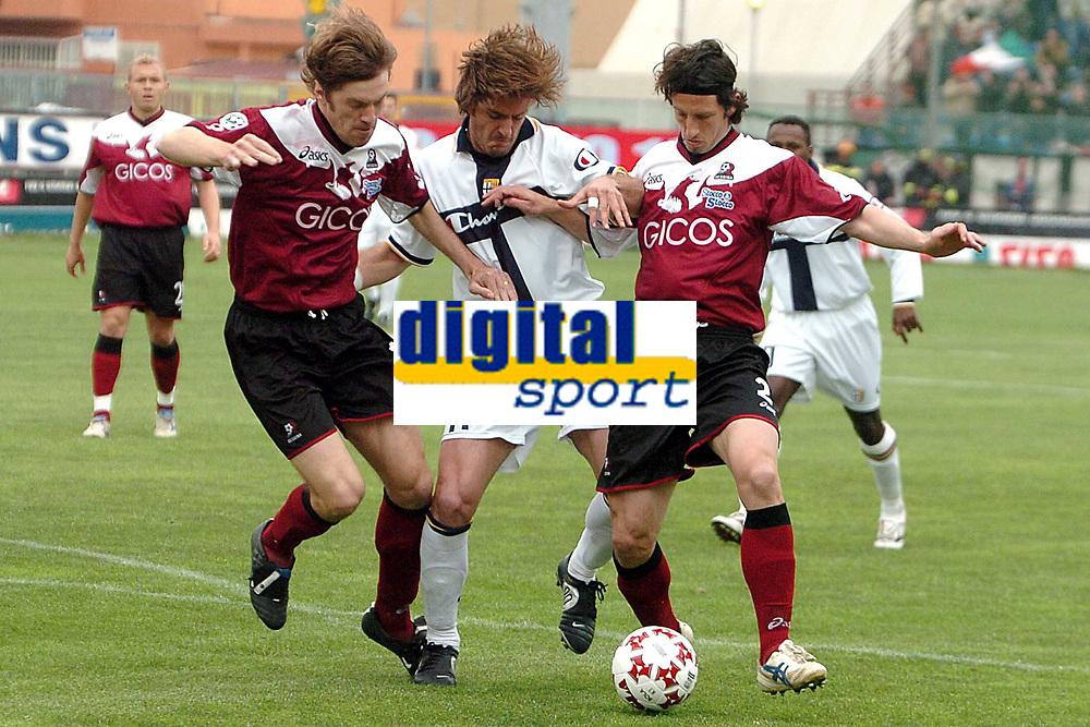 Fotball<br /> Serie A Italia 2004/05<br /> Reggina v Parma<br /> 10. april 2005<br /> Foto: Digitalsport<br /> NORWAY ONLY<br /> Gilardino Parma between Franceschini (L) and Cannarsa (R) Reggina