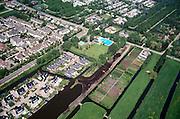 Nederland. Zuid - Holland, Reeuwijk, 17-05-2002; nieuwbouw wijk met eengezinswoningen en stadsvilla's, openluchtzwembad en camping (boven), volkstuintje (rechtsonder), op de grens van het recreatiegebied de Reeuwijksche Plassen; ruimtegebruik stad platteland planologie recreeren;<br /> luchtfoto (toeslag), aerial photo (additional fee)<br /> foto /photo Siebe Swart
