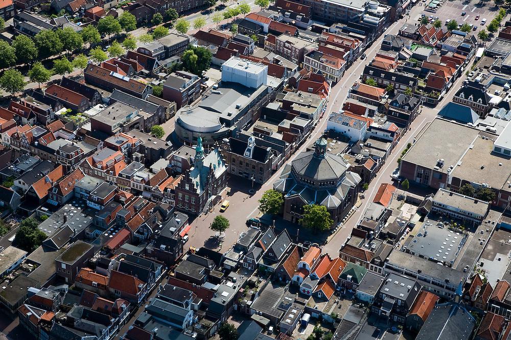 Nederland, Noord-Holland, Purmerend, 14-07-2008; binnenstad met rond de Kaasmarkt de Koepelkerk, het voormalige stadhuis (met trapgvels) en rechts daarvan Museum Waterland ; boven het Stadhuis, gebouw met toneeltoren theater de Purmaryn (voormalige RK Kerk); stadscentrum, kneuterigheid, de provincie. .luchtfoto (toeslag); aerial photo (additional fee required); .foto Siebe Swart / photo Siebe Swart