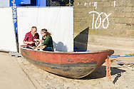 Nederland, Nijmegen, 20160715.<br /> Eten in een bootje op de kant.<br /> De Kaaij. Cultureel Terras De Kaaij is een gratis festival aan de haven onder de Nijmeegse Waalbrug.<br /> Met veel eettentjes, oa. Taste the Culture dat gerund wordt door Syrische vluchtelingen. Gezellig op de Waal strandjes genieten van een drankje en een hapje onder het genot van optredens.<br /> <br /> Netherlands, Nijmegen<br /> The Kaaij. The Cultural Terrace Kaaij is a free festival at the port under the Nijmegen Waal bridge.<br /> With many food stalls, among othersTaste The Culture, run by Syrian fugitivess, and many performances. Relaxing on the Waal beaches to enjoy a drink and a snack while enjoying performances.