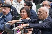 De heer De Bru&iuml;ne (geheel rechts), een van de overlevenden van de Pakanbaroe spoorlijn, tijdens de herdenking. In Arnhem worden op het landgoed van Het Koninklijk Tehuis voor Oud-Militairen en Museum Bronbeek de slachtoffers van de Birma Siam en de Pakanbaru spoorlijnen herdacht. Bij de aanleg van deze twee 'dodenspoorwegen' tijdens de Tweede Wereldoorlog zijn veel slachtoffers gevallen onder de dwangarbeiders die door de Japanse bezetter tewerk zijn gesteld.<br /> <br /> In Arnhem at the property of The Royal Home for Former Soldiers and Museum Bronbeek the victims of Burma and Siam railway Pakanbaru are commemorated. In the construction of these two 'dead railways' during World War II, many casualties among the convicts who are employed by the Japanese are made.