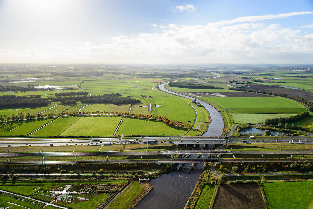 Nederland, Noord-Brabant, Gemeente Moerdijk, 23-10-2013; Infrabundel, combinatie van autosnelweg A16 gebundeld met de spoorlijn van de HSL en de reguliere spoorlijn Dordrecht-Breda. Kruising met rivier de Mark.  <br /> Combination of motorway A16, the HST railroad and regular railroad, Brabant (southern Netherlands)<br /> luchtfoto (toeslag op standard tarieven);<br /> aerial photo (additional fee required);<br /> copyright foto/photo Siebe Swart