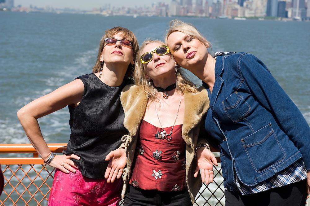 New York USA Regisseur und Filmemacher Rosa von Praunheim bei den Dreharbeiten zu New York Memories auf der Staten Island Ferry..vlnr.: .Protagonistinnen Eva (transsexuelle Friseuse), Claudia Steinberg (Journalistin), Anna Stegmann (Literatur Autorin)