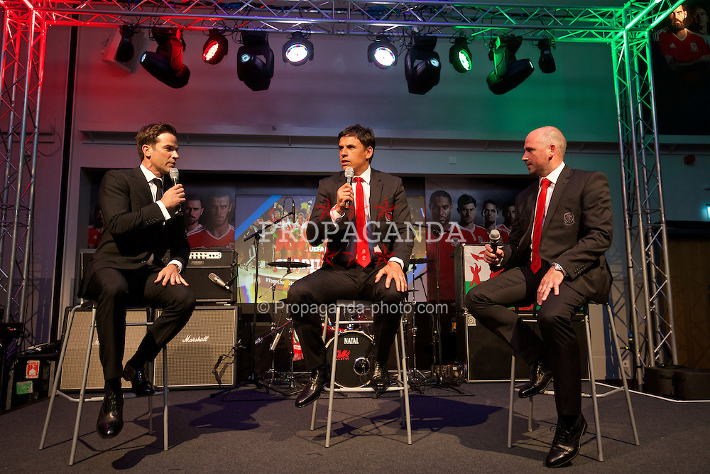 CARDIFF, WALES - Wednesday, June 1, 2016: Television presenter Gethin Jones hosts a Q&A with Wales' manager Chris Coleman and performance psychologist Ian Mitchall during charity send-off gala dinner at the Vale Resort Hotel ahead of the UEFA Euro 2016. (Pic by David Rawcliffe/Propaganda)