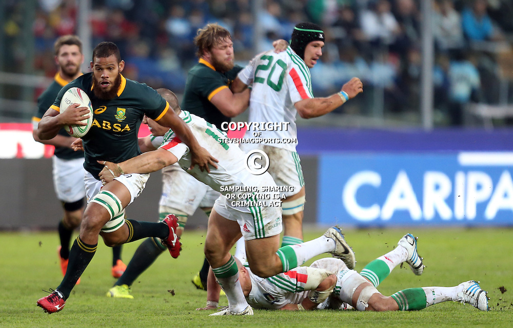 PADUA, ITALY - NOVEMBER 22: Nizaam Carr of South Africa on attack as he holds off Luca Morisi of Italy during the Castle Lager Outgoing Tour match between Italy and South African at Stadio Euganeo on November 22, 2014 in Padua, Italy. (Photo by Steve Haag/Gallo Images)
