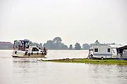Nederland, Gendt, 3-6-2016 Op camping Waastrand  is  het hoogwater in de Waal tot aan de standplaatsen van caravans en tenten gestegen door de hoosbuien, onweersbuien, regen die in Duitsland is gevallen. Men verwacht dat zondag het peil weer gaat zakken.Foto: Flip Franssen