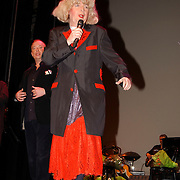 Nelly Frijda 50 jaar in het theatervak, Paul Haenen verkleed als Margreet Dolman