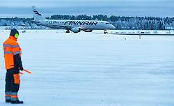 THEMENBILD - ein Fluglotse weist ein Finnair Embraer 190 Flugzeug mit der Kennung OH-LKG / OHLKG auf ihre Parkposition ein, aufgenommen am 29. November 2016 am Flughafen Kuusamo, Finnland // An air traffic controller guiding the Finnair Embraer 190 aircraft with the registration number OH-LKG / OHLKG with wand lights on tarmac at the Kuusamo Airport, Finland on 2016/11/29. EXPA Pictures © 2016, PhotoCredit: EXPA/ JFK