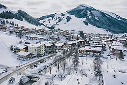 06.02.2020, Zwölferkogel, Hinterglemm, AUT, FIS Weltcup Ski Alpin, Saalbach Hinterglemm, Vorberichte, im Bild Ortsansicht mit dem zwölfer Kogel // View of the Town and the Zwoelferkogel before the FIS Ski Alpine World cup at the Zwoelferkogel in Hinterglemm, Austria on 2020/02/06. EXPA Pictures © 2020, PhotoCredit: EXPA/ JFK