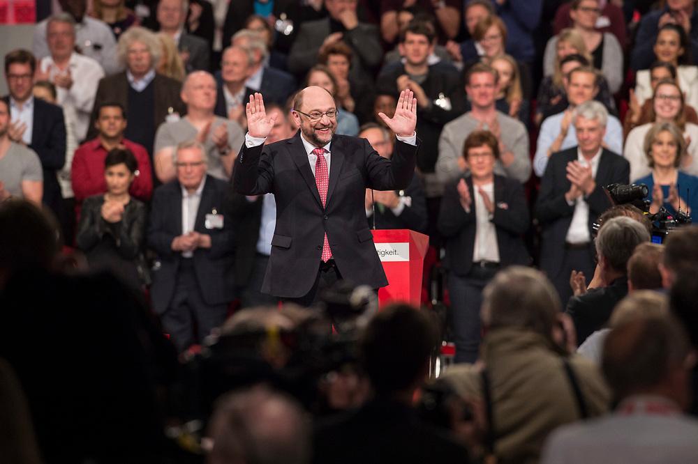19 MAR 2017, BERLIN/GERMANY:<br /> Martin Schulz, SPD, winkt den Delegierten, anch seiner Rede vor seiner Wahl zum SPD Parteivorsitzenden und SPD Spitzenkandidat der Bundestagswahl, a.o. Bundesparteitag, Arena Berlin<br /> IMAGE: 20170319-01-058<br /> KEYWORDS: party congress, social democratic party, candidate, klatschen, Jubel, Applaus, applause