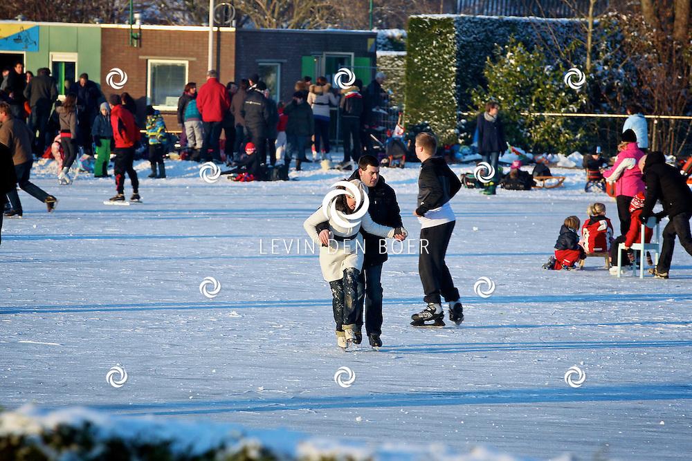 ZUILICHEM - Op de schaatsbaan in Zuilichem werd alweer druk geschaatst. FOTO LEVIN DEN BOER - PERSFOTO.NU