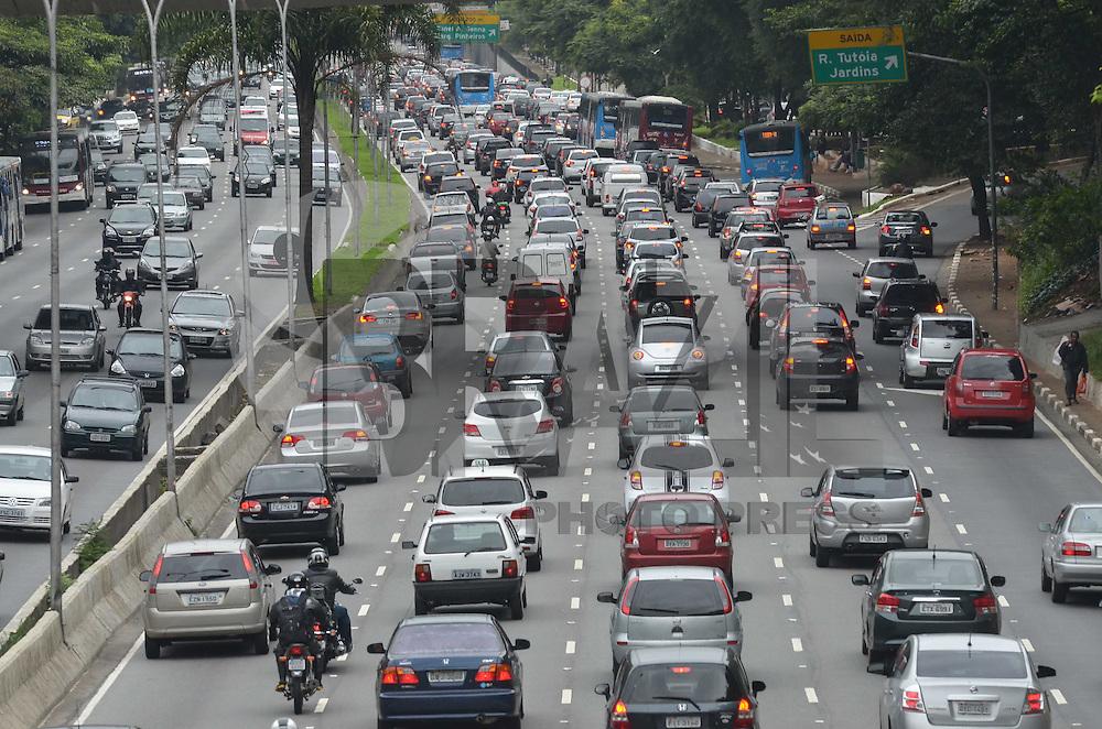 SAO PAULO, 20 DE MARCO DE 2013 - TRANSITO SP - Transito intenso na Avenida 23 de Maio, regiao sul da capital, na manha desta quarta feira, 20. (FOTO: ALEXANDRE MOREIRA / BRAZIL PHOTO PRESS)
