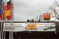 """09.03.1999, Deutschland/Bonn:<br /> Robin Wood Aktivisten besetzen das Dach der SPD Parteizentrale Erich-Ollenhauer-Haus mit einem Transparent """"Konsens bleibt Nonsens"""" und einem Modell eines Kernkraftwerks, Bonn<br /> IMAGE: 19990309-01/01-13"""