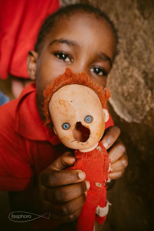 Kenia 2017: Kenia 2017: Scuola a Kibera, un bambino mostra il suo giocattolo.