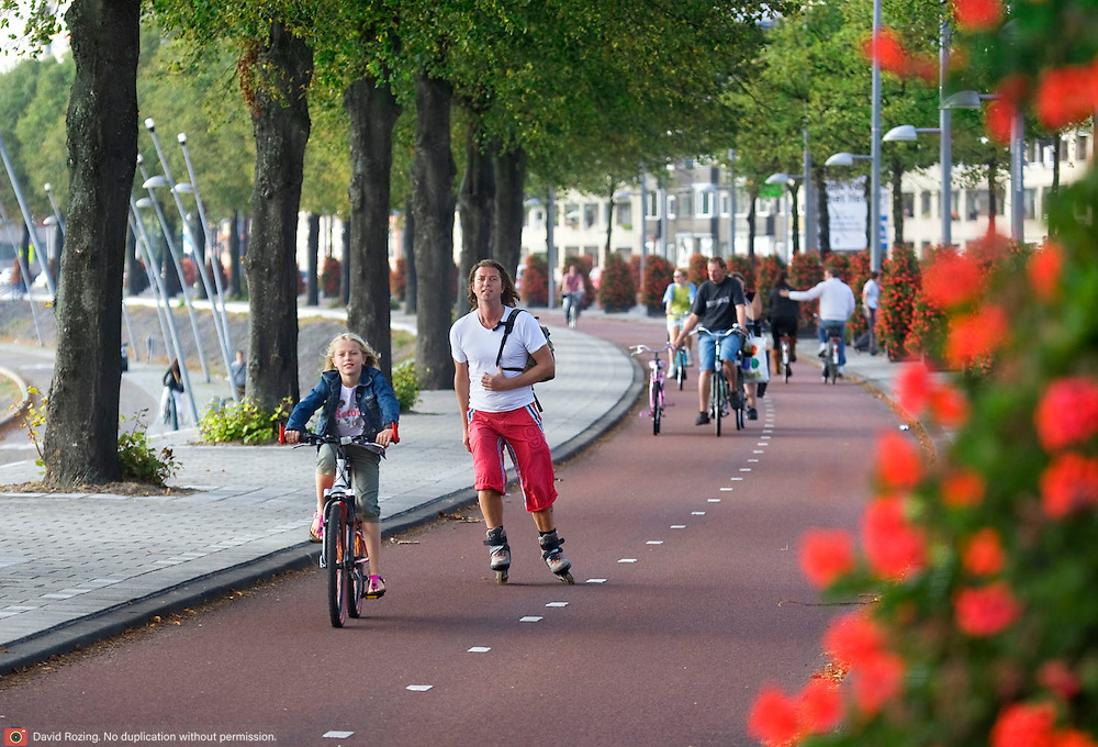 Nederland Rotterdam 20-09-2009 20090920 ..Maasboulevard Rotterdam, mensen fietsen en skaten op het fietspad. People skating and biking                                          ..Foto: David Rozing
