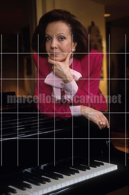 Modena, 1991. Bulgarian-Italian soprano Raina Kabaivanska in her house / Modena, 1991. Il soprano Raina Kabaivanska nella sua casa - © Marcello Mencarini