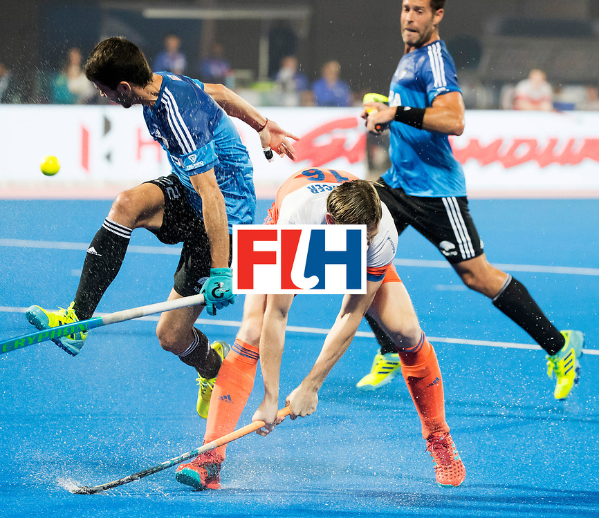 BHUBANESWAR - Mirco Pruijser (Ned) in duel met Matias Rey (Arg)   tijdens de Hockey World League Final wedstrijd Nederland-Argentinie. . COPYRIGHT  KOEN SUYK