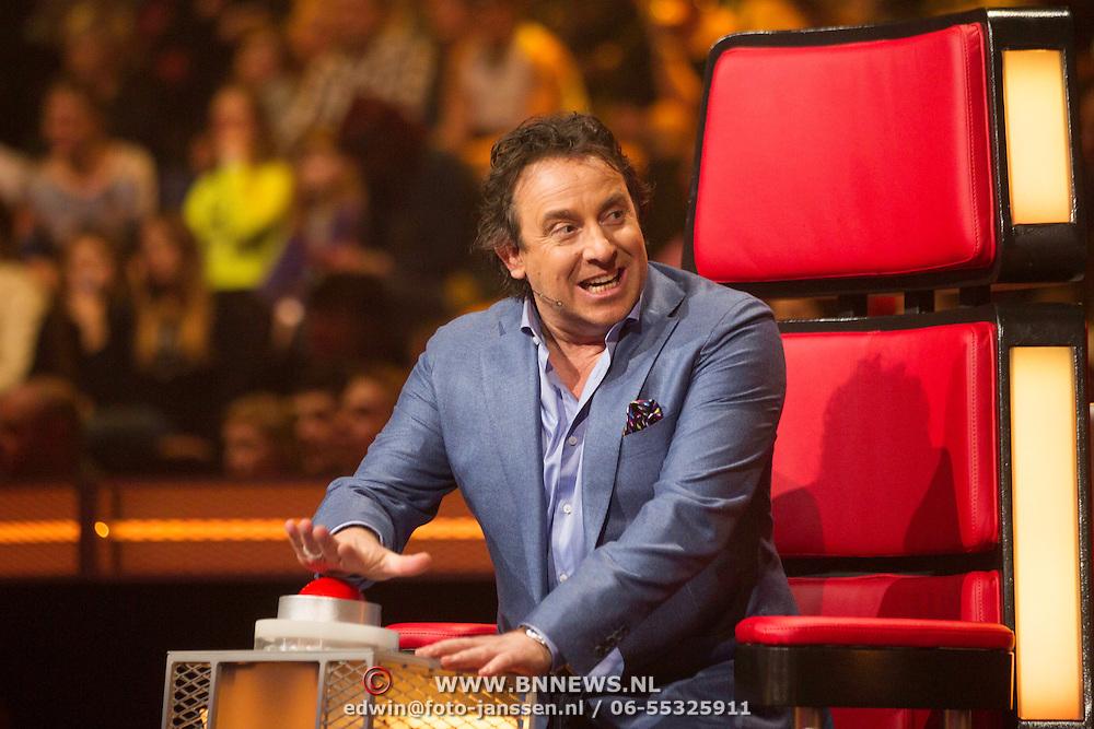 NLD/Hilversum/20140221 - Finale The Voice Kids 2014, Marco Borsato slaat op de rode knop