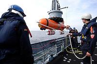 24 AUG 2006, OSTSEE/GERMANY:<br /> Marinesoldaten lassen ein auf dem Mienenjagdboot M 1065 DILLINGEN, FRANKENTHAL-Klasse (Typ 322) eine Identifizierungs- und Minenvernichtungsdrohne PINGUIN zu Wasser, waehrend einer Fahrt auf der Ostsee von Kiel nach Flensburg<br /> IMAGE: 20060824-01-075<br /> KEYWORDS: Marine, Bundeswehr, Schiff, Mienenabwehr, Waffe, Waffensystem, Soldat, Soldaten