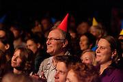 Het publiek applaudisseert na de eerste ronde. In Utrecht vindt het tiende Nationaal Kampioenschap Poetry Slam plaats. Negen dichters dragen eigen werk voor en door middel van een applausmeting en een jury wordt bepaald wie naar de finale gaat. Tijdens de finalebattle, waarbij de twee finalisten gedichten tegen elkaar voordragen, bepaalt het publiek wie de uiteindelijke winnaar wordt.<br /> <br /> The audience is applauding after the first round. In Utrecht the tenth Dutch Championship Poetry Slam is taking place. Nine poets recite their own works, and through an applause measurement and a jury is determined who goes to the finals. During the final battle, the two finalists recite poems against each other, the audience determines who the winner is.