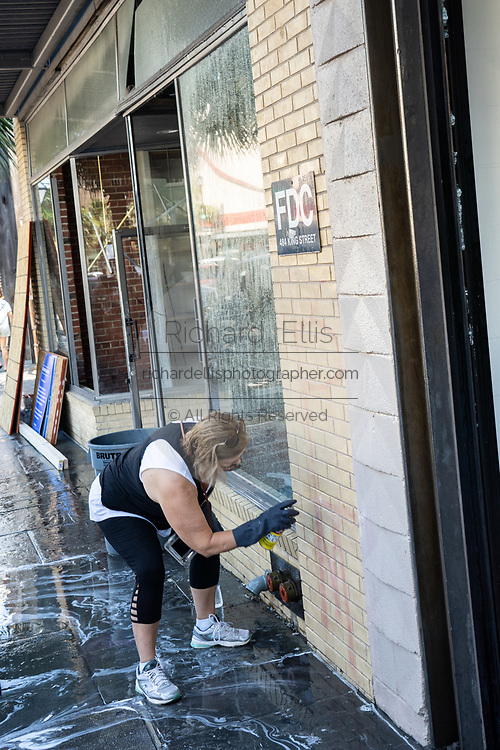 Charleston, United States. 31 May, 2020. A volunteer scrubs graffiti off a store along the King Street shopping district after a protest over the death of George Floyd, turned violent and destructive May 31, 2020 in Charleston, South Carolina. Floyd was choked to death by police in Minneapolis resulting in protests sweeping across the nation.  Credit: Richard Ellis/Alamy Live News