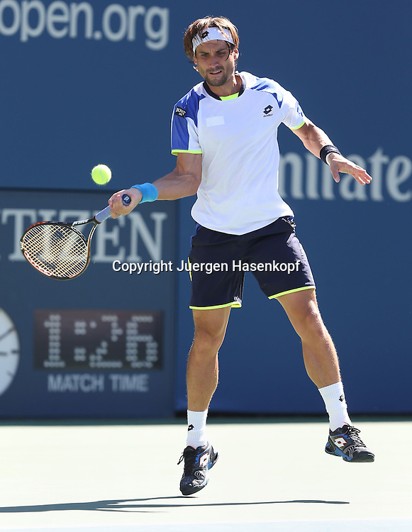 US Open 2013, USTA Billie Jean King National Tennis Center, Flushing Meadows, New York,<br /> ITF Grand Slam Tennis Tournament .<br /> David Ferrer (ESP),Aktion,Einzelbild,<br /> Ganzkoerper,Hochformat