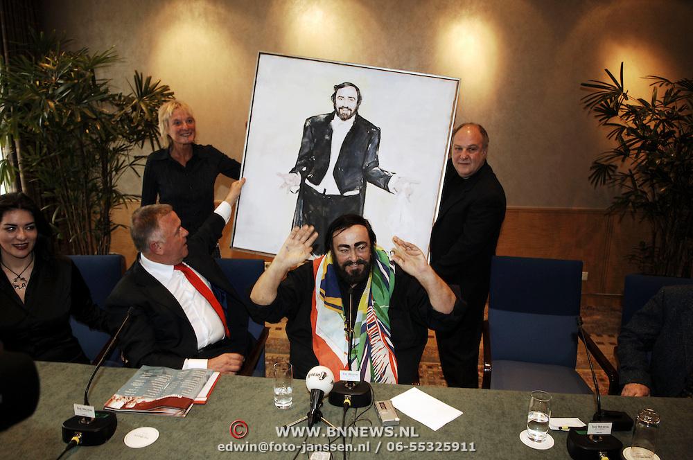 Persconferentie Luciano Pavarotti, met schilderij