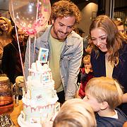 NLD/Amstelveen/20181109- Boekpresentatie Jim Bakkum 'Dadoe en zijn vriendjes' , Jim Bakkum en Kirsten Michel snijden de taart aan