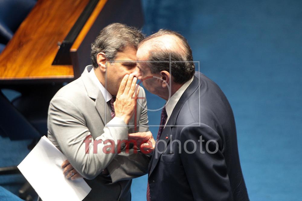 Brasilia, 01/04/2014. Senadores Aecio Neves e Aloisio Nunes Ferreira conversam antes da leitura da instalacao da CPI da Petrobras, no plenario do senado.Foto: Joel Rodrigues/FRAME