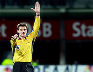 24-11-2007: Voetbal:AZ-WILLEM II: ALKMAAR<br /> Scheidsrechter Eric Bramhaar fluit voor een overtreding<br /> Foto: Geert van Erven