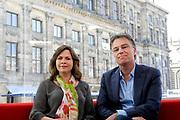 De glazen studio van de NOS op de Dam in Amsterdam wordt gereed gemaakt voor het verslaan van de aanstaande troonswisseling. <br /> <br /> Op de foto:  Presentatoren Rob Trip en Astrid Kersseboom