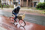 In Arnhem rijdt een fietser in de stromende regen.<br /> <br /> In Arnhem a cyclist ride in the pouring rain.