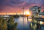 Das Bild hat in der Aufnahme zwei Stunden gedauert. Das Foto wird geformt aus verschiedenen Zeitabschnitten für den Himmel, die Sonne, das Hafenbecken und die Gebäude.