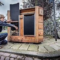 Nederland, Amsterdam, 2 augustus 2016.<br /> Biologische compost en (tuin)aarde zijn schaars en kostbaar. Waarom het waardevolle biologische-gft weggooien en vervolgens dure compost kopen voor de (moes)tuin?<br /> Nog lang niet al het groente-, fruit- en tuinafval (gft) wordt gescheiden opgehaald. Maar ook wanneer dat wel gebeurt, eindigt het afval van onze biologische producten op de grote hoop, samen met het normale gft. Gft van met zorg gekweekte biologische teelt wordt zo gemend met gft dat wel chemische bestrijdingsmiddelen bevat. De meerwaarde van het biologisch gft wordt teniet gedaan.<br /> Le Compostier zamelt bio-gft in, gft van de biologische horeca. Om zo te voorkomen dat dit verloren gaat. Dit wordt naar buurtmoestuinen gebracht in de directe omgeving en gecomposteerd. Er onstaat een mooie biologische compost, Stadscompost.<br /> Op de foto: Oprichter Rowin Snijder bij een compostbak aan de Joseph Israelkade.<br /> <br /> The Netherlands, Amsterdam, 2 august 2016.<br /> Biologically produced compost and soil are prescious and costly. Why would we throw away valuable organical waste and than go and buy expensive compost for the vegetable garden? Le Compostier is collecting only the organical waste of ecologically produced crops. This will be taken to community gardens to be composted there. The eco-Urban Compost will be used to grow food in the city.<br /> The circle is closed.<br /> In the picture: Owner Rowin Snijder<br /> <br /> Foto: Jean-Pierre Jans